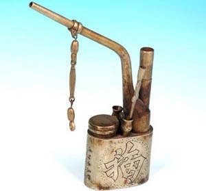 中国 水烟袋/水烟袋,又称水烟壶、水烟管。吸水烟是中国传统的吸烟方式。